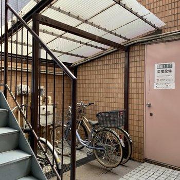 駐輪場は階段下にあります