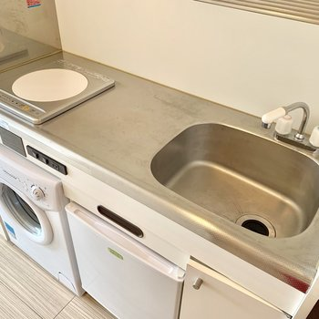 IHなのでサッと掃除できますね。そして調理スペースは広め