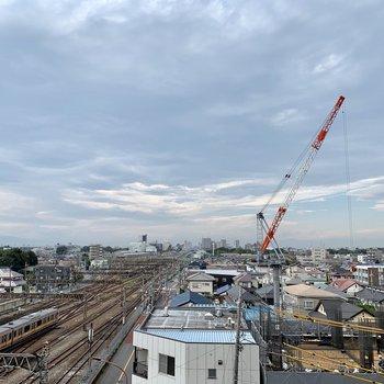 眺望は線路と空。見晴らしが良いですね