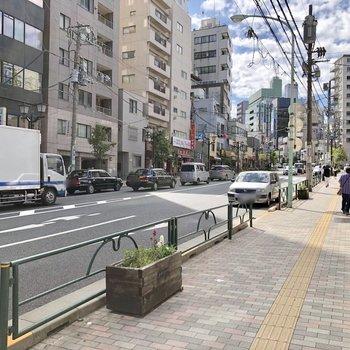 【おまけ】大通りに出ると飲食店やコンビニ等があります