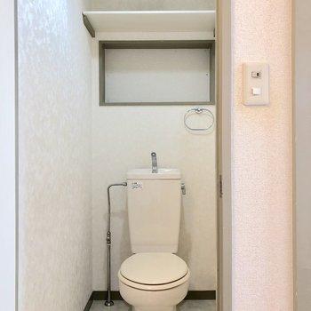 上部に収納が付いたトイレです