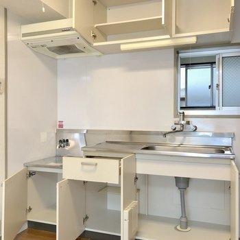 これだけ収納があれば、お皿や調理器具が多くても安心ですね