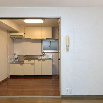 くるっと反対側から見ると、キッチンまで見通せます