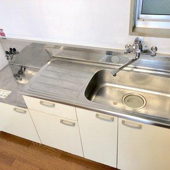 シンクが広く、調理スペースも確保されています