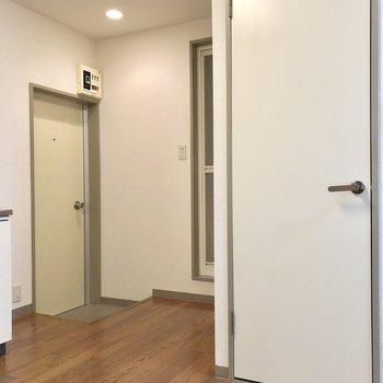 水回りを見てみましょう。まずは右のドアからです