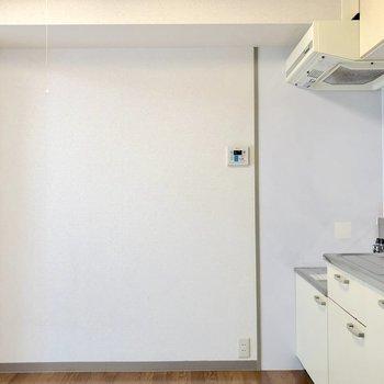 キッチン正面には冷蔵庫やラックを並べて置けますね