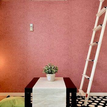 一面ピンクのメルヘンなお部屋。※家具はサンプルです