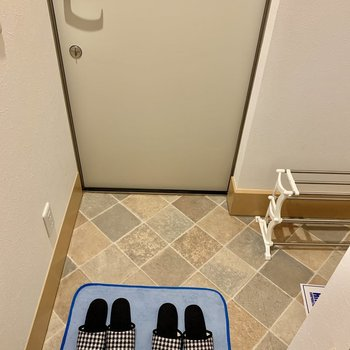 右手部分は奥行きがあって靴がたくさん置けそうです。※家具はサンプルです