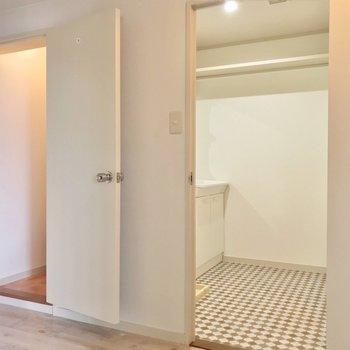 洋室の向かいには脱衣所。左側はトイレです。