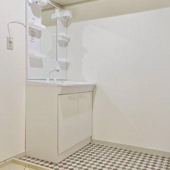 脱衣所の床が素敵。洗面台も綺麗だし、上の棚も便利ですね。