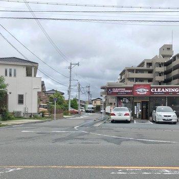 名柄川の近くにはバス停とコインランドリー。他にもいくつかバス停があって便利です。