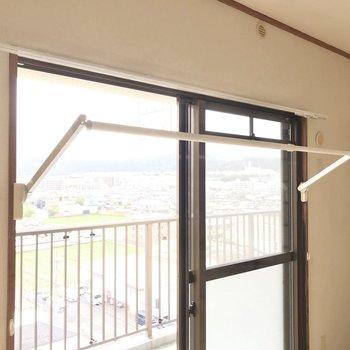 窓には室内干しも付いています。