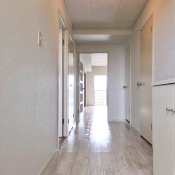 白い床は廊下から続いていました。