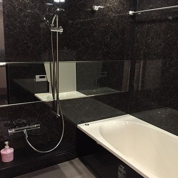シャワーヘッドがとてもオシャレなんです!広々バスタブにも満足!(※写真は4階の同間取り別部屋のものです)