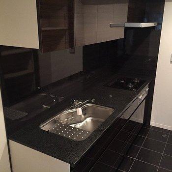 黒を基調としたシックな広々システムキッチン。(※写真は4階の同間取り別部屋のものです)