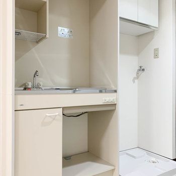 キッチンと、右隣に洗濯機置き場です。