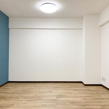 まずはお部屋手前側。この辺りにソファやテーブルとか置けそう。