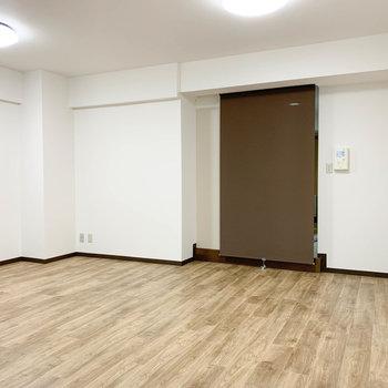 ロールカーテンを開けると、キッチンのある廊下に繋がります。
