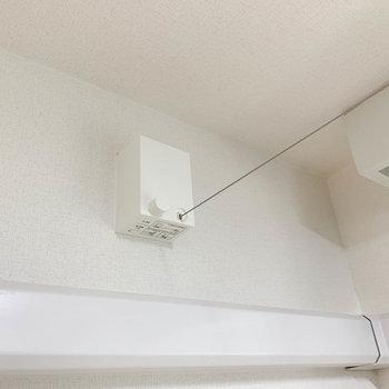 窓辺に室内干しのワイヤーがあります。