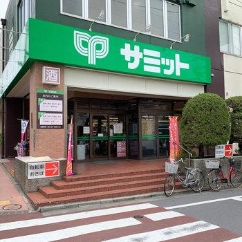 駅から道中には、24時まで空いてるスーパーや、