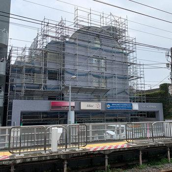 駅のホームから見える近さ。いいなあ。