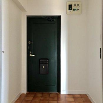 グリーンのドアが可愛い玄関。