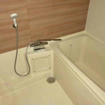 お風呂も綺麗でゆったりめ!(※フラッシュを焚いて撮影しています)