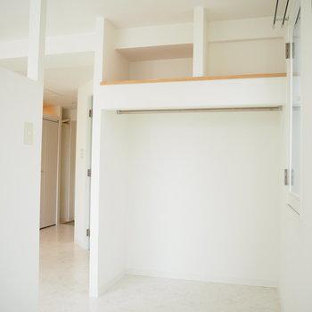 3帖の洋室はベッドがジャストサイズ。収納はオープンです。※写真は前回募集時のもの