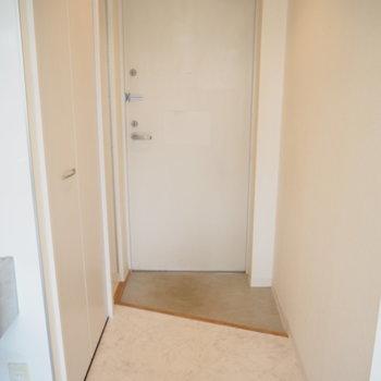 玄関はこんな感じ。靴棚は横に細長いのがありました!※写真は前回募集時のもの