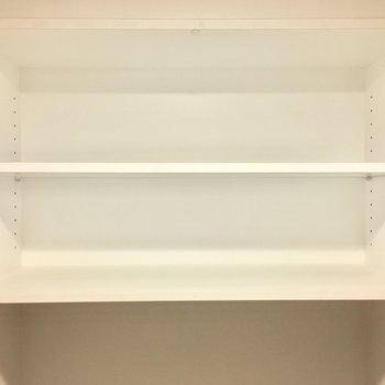ペーパーのストックは上の棚に。