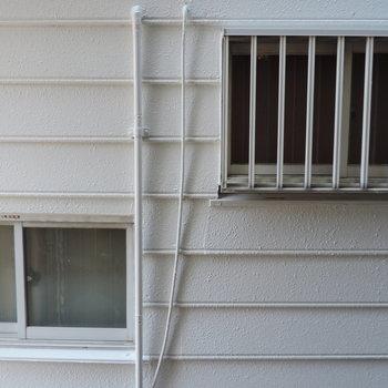 洋室の窓からはお隣さん