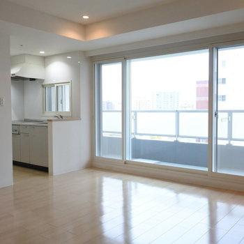 キッチンにも窓があるのがいいんだよ。仲良く二人で並ぼうよ。※写真は同間取り別部屋です
