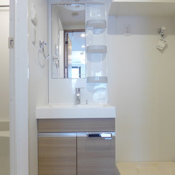 独立洗面台の横には洗濯機置場※写真は3階の同間取り別部屋のものです