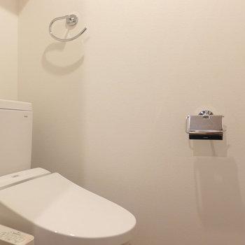 トイレの上には収納棚も※写真は3階の同間取り別部屋のものです