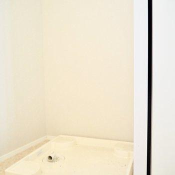 反対側には洗濯機置き場※写真はクリーニング前のものです