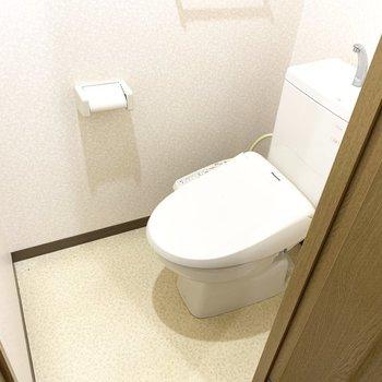 トイレはウォシュレット付いてます(※写真は2階の同間取り別部屋、清掃前のものです)