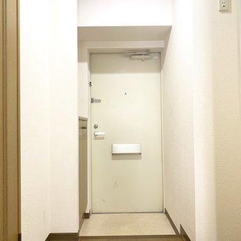 玄関はちょうどいい広さかな(※写真は2階の同間取り別部屋、清掃前のものです)