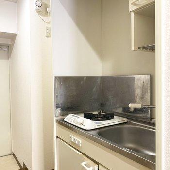 左横に冷蔵庫かな(※写真は2階の同間取り別部屋、清掃前のものです)