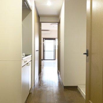 廊下の向こうが洋室になってます(※写真は2階の同間取り別部屋、清掃前のものです)