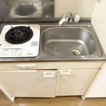 調理スペースは便利グッズを使って確保◎(※写真は2階の同間取り別部屋、清掃前のものです)