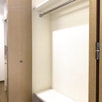 廊下にハンガーポール付きの収納スペース(※写真は2階の同間取り別部屋、清掃前のものです)