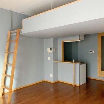 木枠とグレーで統一感があるお部屋。