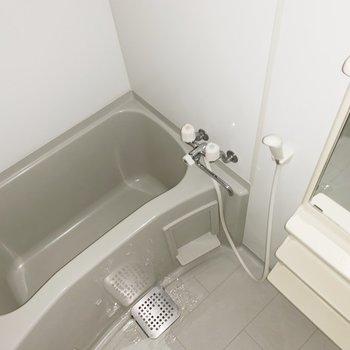 浴室には棚が付いていてスッキリ整理できそう(※写真はフラッシュ撮影をしています)