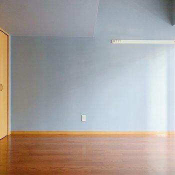 壁全面がグレー色なのが新鮮でかわいいです。