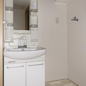 洗面台と洗濯機置場はお隣さんです。棚を活用しよう(※写真はフラッシュ撮影をしています)