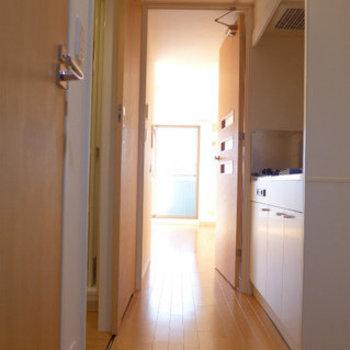 玄関からの眺めはこんな感じです。(※写真は2階の反転間取り別部屋のものです)
