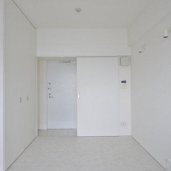 白で統一された明るいお部屋。※写真は同タイプの別室