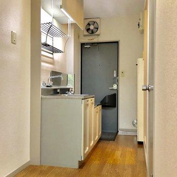 玄関入ってすぐはキッチンです
