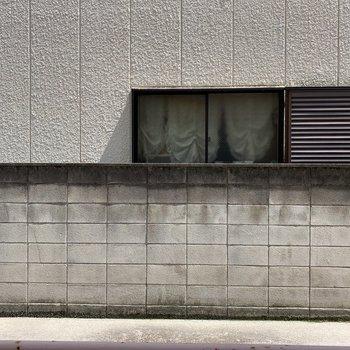 お部屋からの眺望です。左手には駐輪場があります。