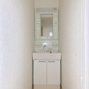 洗面台は廊下のスキマに。